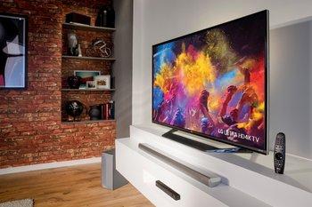Красочный телевизор с Soundbar`ом